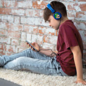 Teen folding headphones foldable, comfortable with an adjustable, padded headband. Suitable for children aged 8 through to adult. Compatible with all devices (such as iPads, smartphones and most of gaming consoles etc) using a 3.5mm jack.