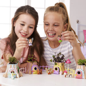 The Fairy Forest Friends live happily in the enchanted forest! Grow beautiful edible plants from the seeds with Fairies Belle, Heather, Andrena, Fenn and their cute forest friends. Collect all four Grow & Play sets to create a magical village!