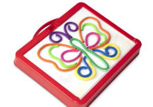 Use colourful cords to trace pictures (or create your own) on a self-stick surface again and again! Thread the cord into the easy-grasp drawing tool, slide a picture in and trace to draw.