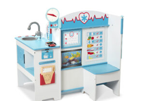 This sturdy, multi-sided wooden play space has everything kids need to role play visits to the doctor's surgery! Kids can be the patient or doctor, filling out reusable patient files and taking appointments with the wooden phone.