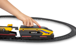 With the Cat® Little Machines Power Tracks Train Set build a large loop with easy assemble track and start the action with the push of a button to bring the train and the three railcars in tow to life.