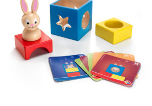 Pull a rabbit out of the box! Is the rabbit looking through the round hole or through the star-shaped one? Is it standing on top of the yellow, the red or the blue block? Includes 60 challenges