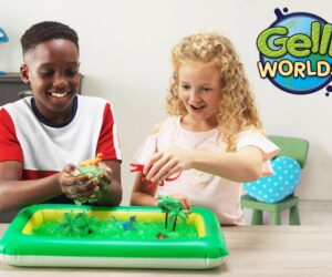 Fill up the inflatable tray with water then sprinkle over the powder to watch it transform into goo! Add your figures included to create a sensory adventure! 100% Safe and certified biodegradable. Available in Dino and Fantasy!